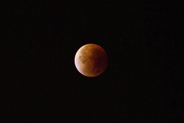 Éclipse de super-lune du 28 septembre 2015. Crédits : Lê Binh Tu  )