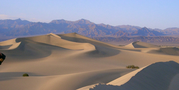 Dunes de la Vallée de la Mort, supposée être aussi chaude et sèche que Tatooine. (Crédit : Wikimedia Commons)
