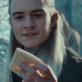 Legolas tient un lembas