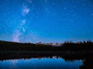 Crépuscule astronomique au Red Rock Lake au Indian Peaks Wilderness, Colorado.