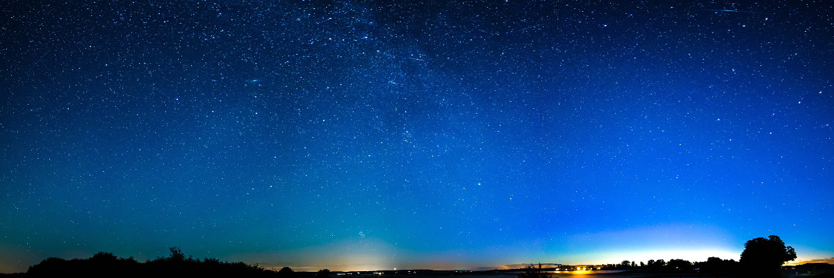 Paysage panoramique au crépuscule, avec un ville à l'horizon. Image partagée sous licence CC0.