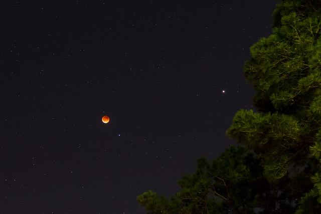 Eclipse totale lunaire du 15 avril 2014 avec Mars à droite de la photo et Spica en bas à droite de la Lune